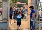 Đo thân nhiệt và sát khuẩn tay tại cổng trường